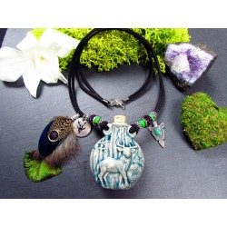 "Collier ethnique fiole raku cerf et plumes ""Enjoy the silence"""