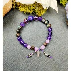 Bracelet avec pierres fines sur cordon élastique et plume