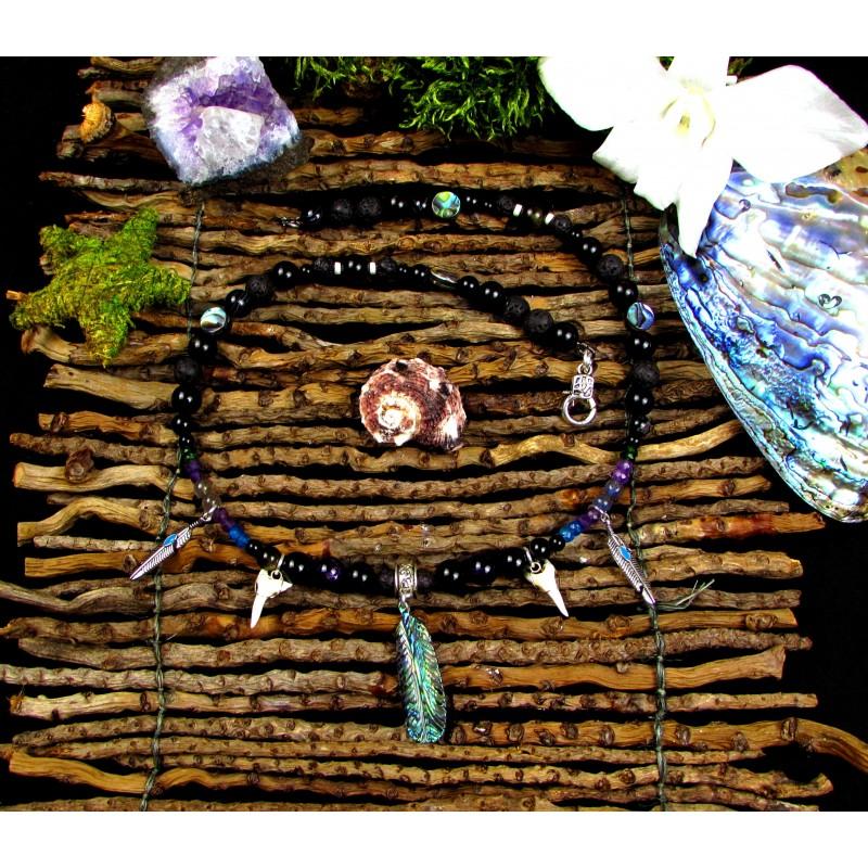 """Collier ethnique mixte, plumes abalone et totem requin """"L'océan des rêves"""""""