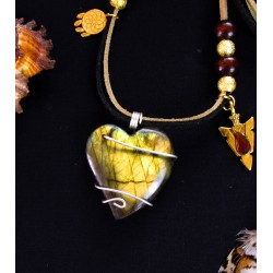 "Collier ethnique plumes, coeur labradorite et ammolite ""Un coeur en or"""