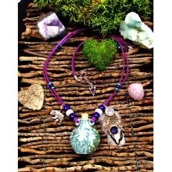 Collier ethnique fiole raku loup et plumes