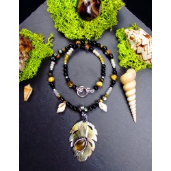 "Collier ethnique plume en nacre, oeil de tigre et obsidienne ""Magic feather"""
